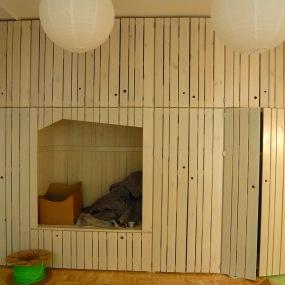 Stauraumwand - luftige Bretterkonstruktion