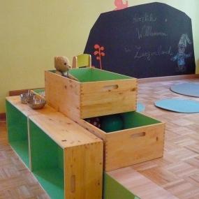 Kistenelemente als Spielküche / Stauraum