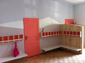Garderobe aus farbigen Holzkisten