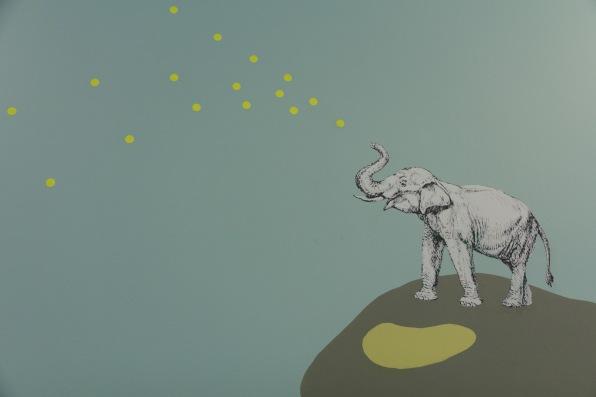 Der Elefant im Foyer giesst die Blumen mit den runden Info-Tafeln